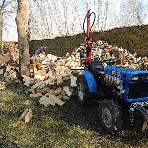 Fente de bois de chauffage à Chièvre